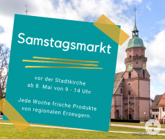 Im Hintergrund ist die Stadtkirche von Freudenstadt zu sehen. Im Vordergrund ein türkisener Postit mit dem Titel Samstagsmarkt.