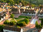Blick aus der Vogelperspektive - Der Untere Marktplatz mit Fontänen und der Stadtkirche