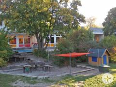 Garten mit Sandkasten von einem Kindergarten