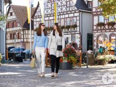 Zwei Frauen am Bummeln in der Dornstetter Altstadt