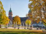 Die Stadtkirche im Herbst mit den Fontänen