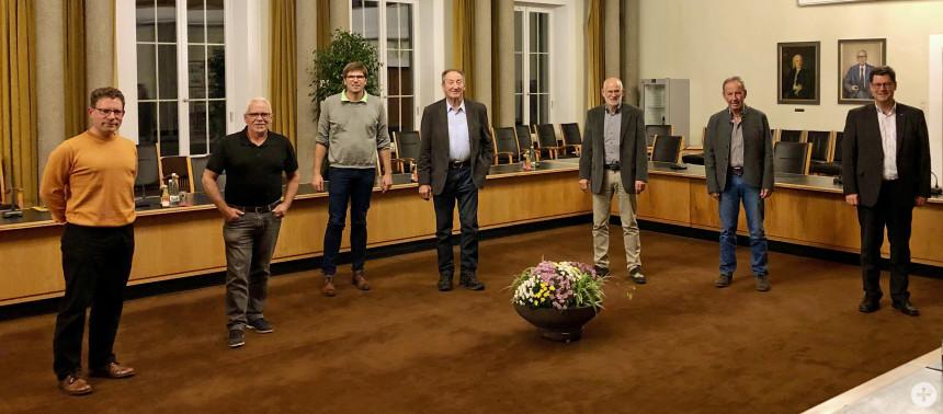 Auf dem Foto v.l.n.r.: Achim Böhm (Musbach), Helmut Klaißle (Kniebis), Philipp Bohnet (Wittlensweiler), Willi Armbruster (Grüntal-Frutenhof), Joachim Auer (Dietersweiler), Fritz Mast (Igelsberg) und Oberbürgermeister Julian Osswald